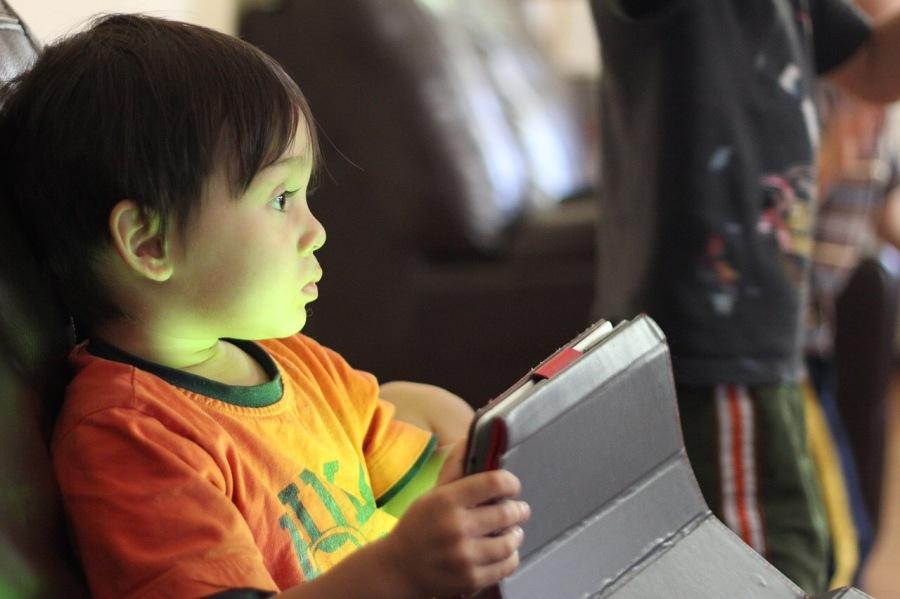 Pediatras Japoneses avisam dos riscos de que as crianças joguem com smartphones etablets